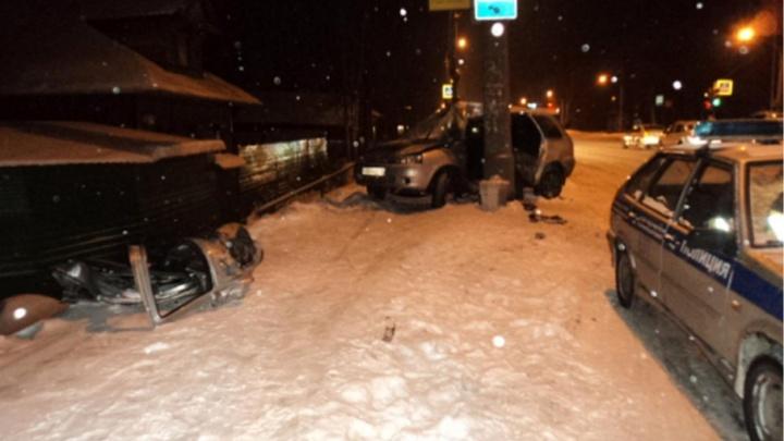 На Ленинградском проспекте водителя на «Ладе» занесло в столб