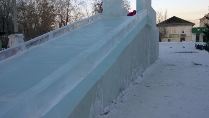 Мальчик, которого придавило глыбой льда на горке, умер в Челябинске