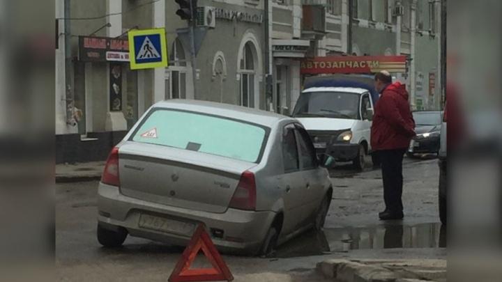 На пересечении Физкультурной и Краснодонской автомобиль провалился колесом под асфальт