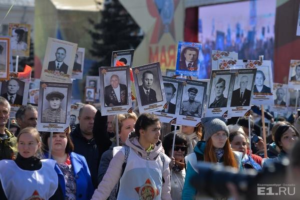 С портретами героев по центру города прошли 100тысяч человек.