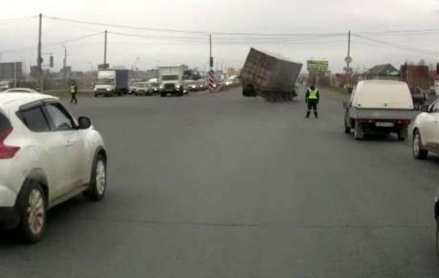 Момент ДТП: в Тольятти  КАМАЗ не вписался в поворот и опрокинулся на бок