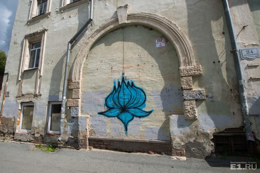 На 24-м домечто ни стена, то холст для уличных художников.