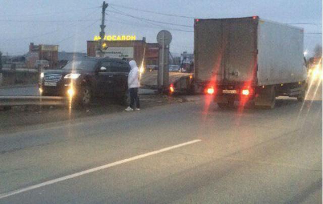 Перепутал свет: под Тольятти иномарка влетела на отбойник