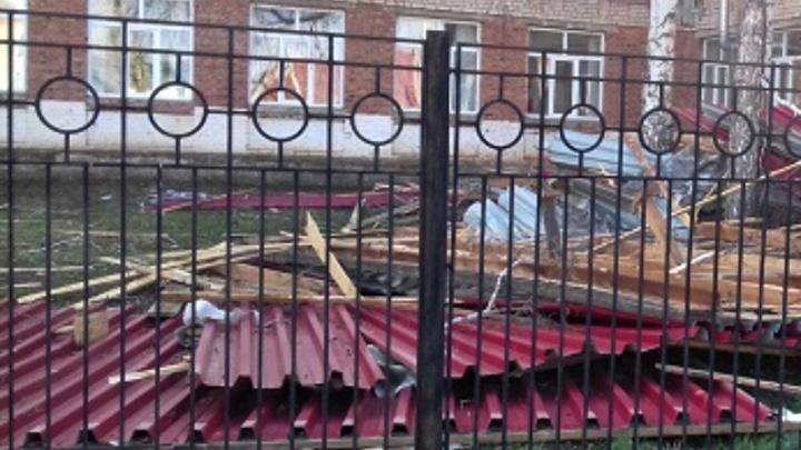 Новые жертвы урагана: в Самарской области ветер снес крышу школы