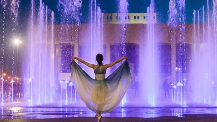 «Я смотрела на фонтан и представляла, как танцует балерина»: в центре Перми провели необычную фотосессию