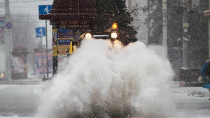 На уборку ростовских улиц от снега брошены две тысячи дворников и 140 спецмашин