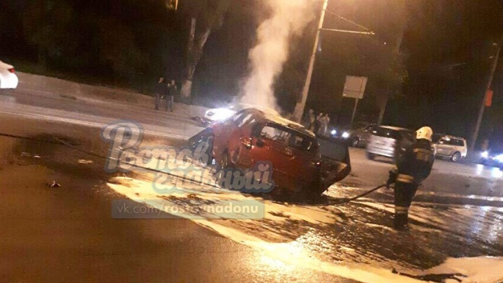 Иномарка протаранила бетонный блок на Шеболдаева и загорелась