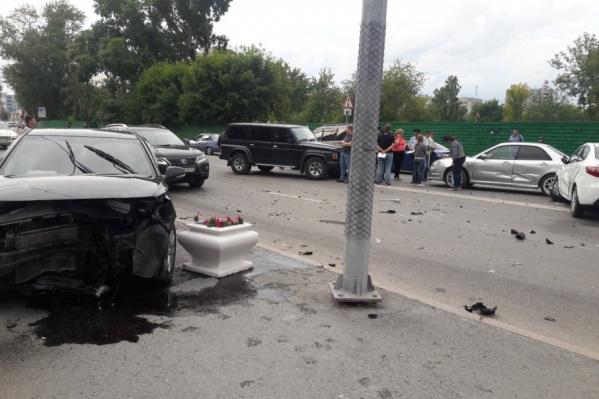 Один из автомобилей, который стал участником ДТП,  от сильного удара отлетел на тротуар