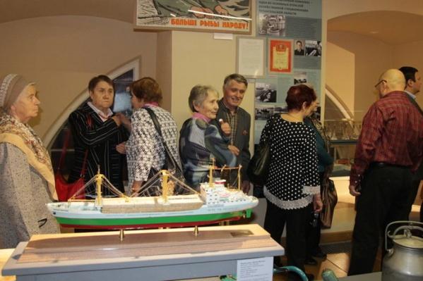 Первыми посетителями выставки стали ветераны труда, которые нашли в экспозиции много ностальгических моментов