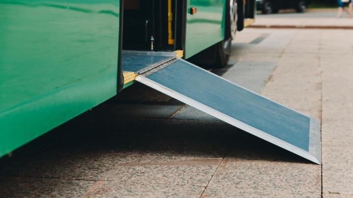 Нет наличных — выходи: тюменку с коляской высадили из автобуса