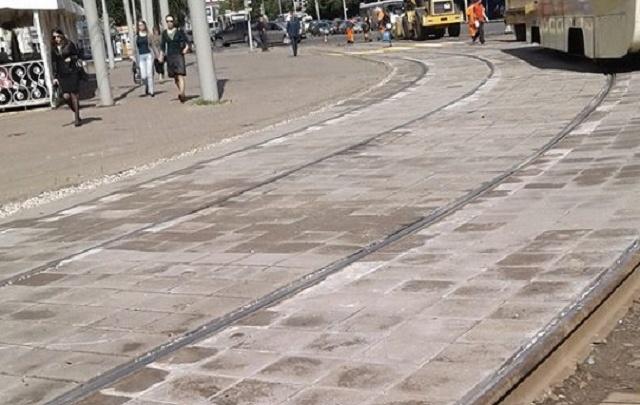 Как в столице: в Ярославле начали укладывать плитку на трамвайные пути
