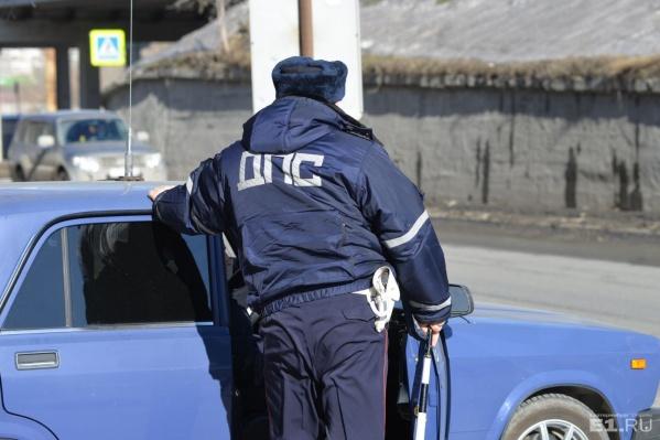 Полицейский за две липовые аварии взял 15 тысяч рублей.