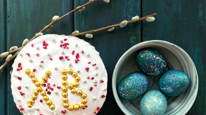 Резьба по скорлупе, вязаные шапочки: выбираем, кто из тюменцев лучше украсил куличи и яйца  к Пасхе