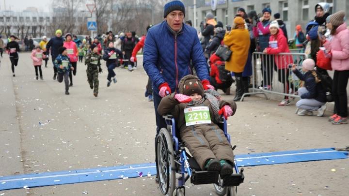 Участвовали спортсмены и дети в инвалидных колясках: в Перми прошел «Теплый забег»