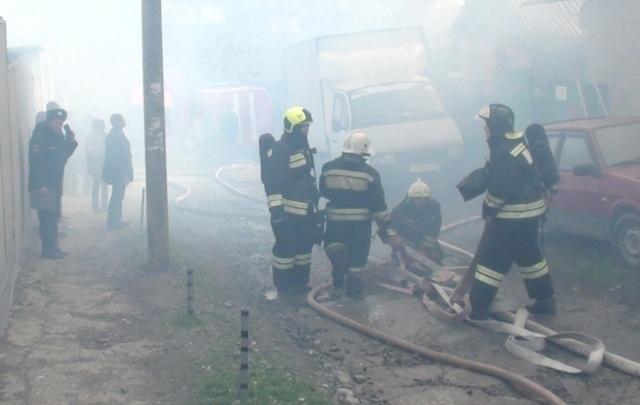 В Ростове 50 спасателей тушат пожар в двух домах на площади 250 кв. м