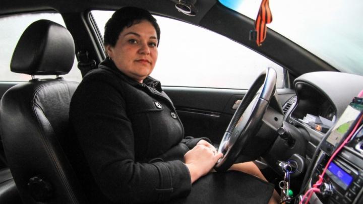 Ростовская таксистка вернула пассажирам забытые в машине четыре миллиона рублей