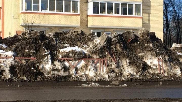 В Ярославле коммунальщики сгребли снег с дороги вместе с забором