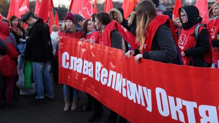 Коммунисты промаршировали по перекрытым дорогам под звуки духового оркестра