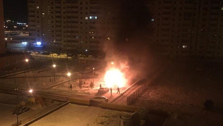 Ночью в Зареке горела «Газель», пламя повредило рядом стоящий автомобиль