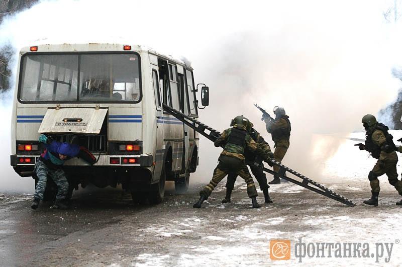 """Пока бойцы СОБРа штурмовали автобус, один из """"преступников"""" пытался скрыться"""