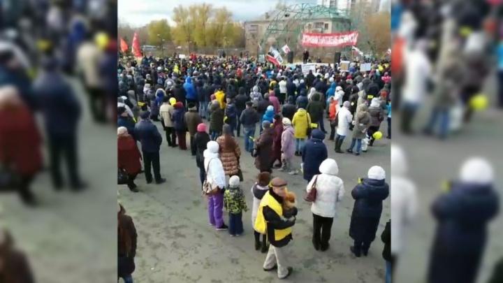 «Пусть увидят, что нас много»: на митинге против Томинского ГОКа раздали наклейки