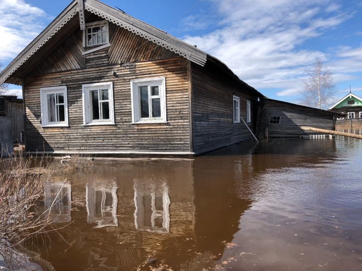 Те, у кого есть животные, завели их на второй этаж домов. Вода только во дворах. В магазин селяне ездят на лодках