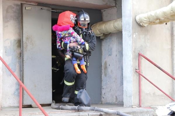 Пожарные эвакуировали 27 человек из девятиэтажки по улице Карла Маркса