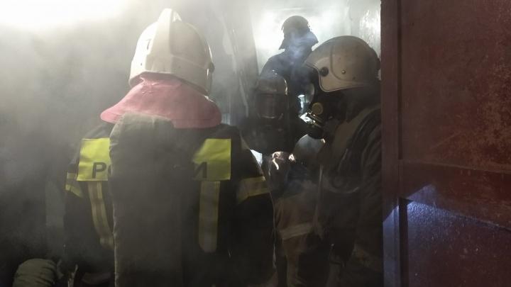 Полсотни спасателей тушили пожар в пятиэтажке на Нефтезаводской. В подвале обнаружили погибшего