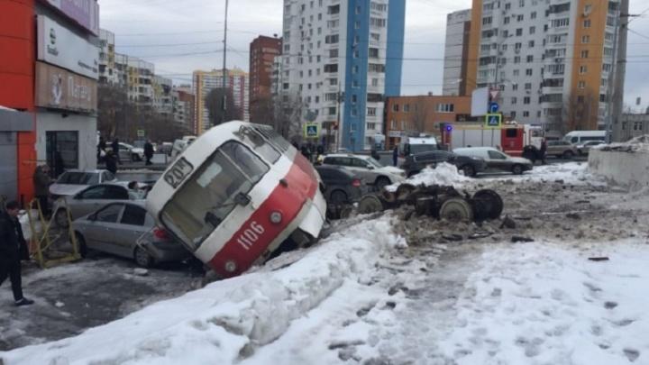 Появилось видео момента схода трамвая с рельсов на Ново-Садовой в Самаре