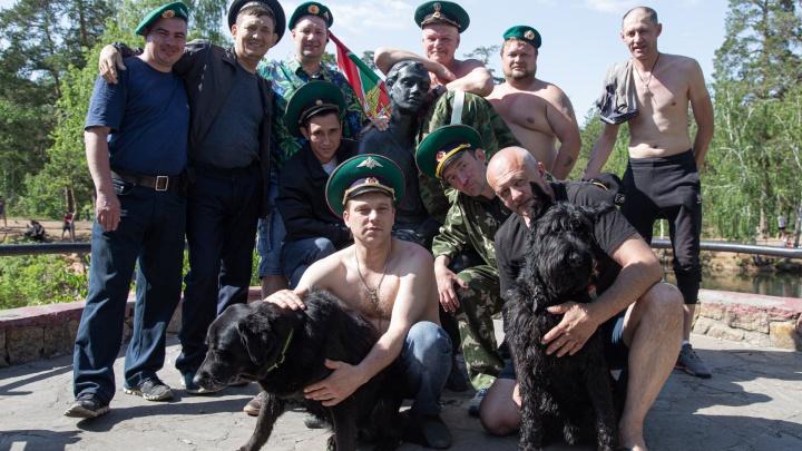 Граница на замке — парки открыты: смотрим, как Челябинск в разгар пандемии отметил День пограничника