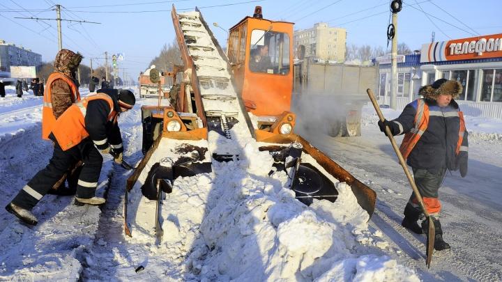 Коммунальщик выстрелил в омича, который снимал на видео, как он убирает снег
