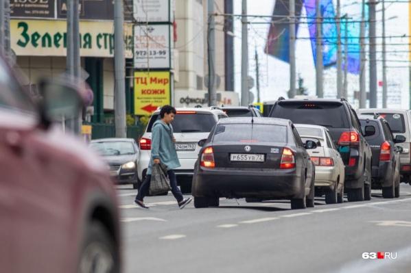 Пешеходы так часто нарушают у «Золотого яблока», что уже ГИБДД просит сделать для них переход