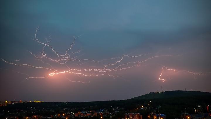 Молния над городом: смотрим впечатляющие фото вчерашней грозы и ее последствий