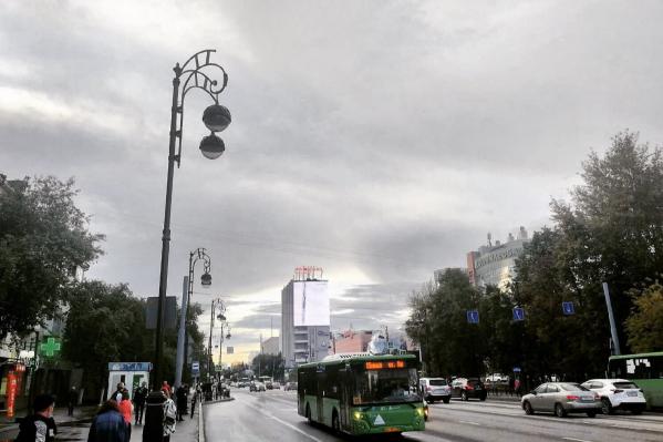 На протяжении всего дня по тюменскому небу гуляют темные тучи, и в городе преимущественно хмуро