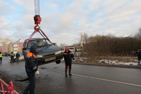 Автомобиль из ямы доставали спасатели с помощью крана