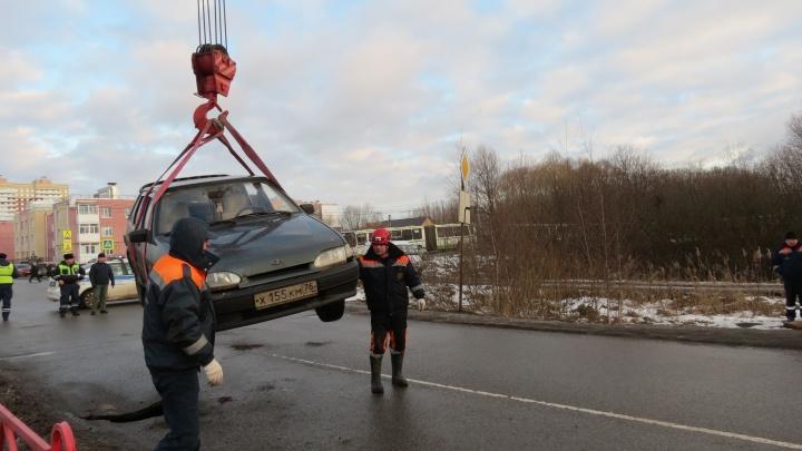 Подвесили над дорогой: как доставали автомобиль, под которым провалился асфальт. Фото от спасателей