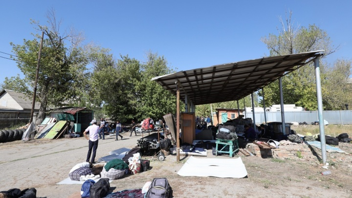 Сотни узбеков, не пущенных в каменский лагерь мигрантов, поселились через дорогу от него