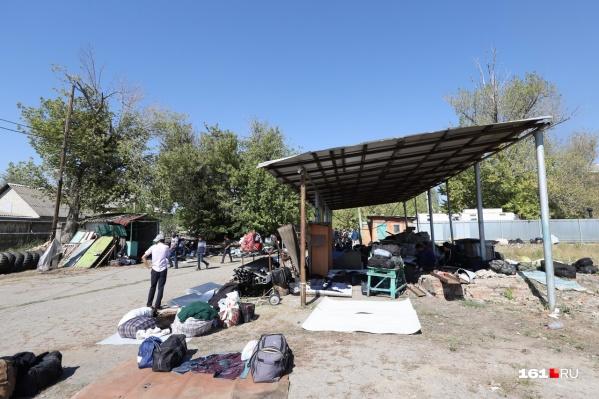 В стихийном лагере мигрантов живет больше двухсот человек