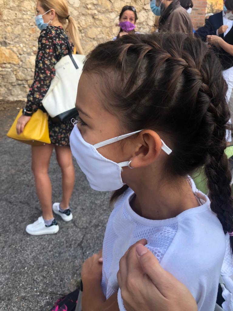 В школе детям каждый день выдают маски, но все беспокоятся, куда потом девать эти отходы — использованные маски лежат на газонах