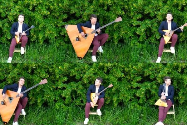 Андрей Киряков сыграл песню на трех балалайках