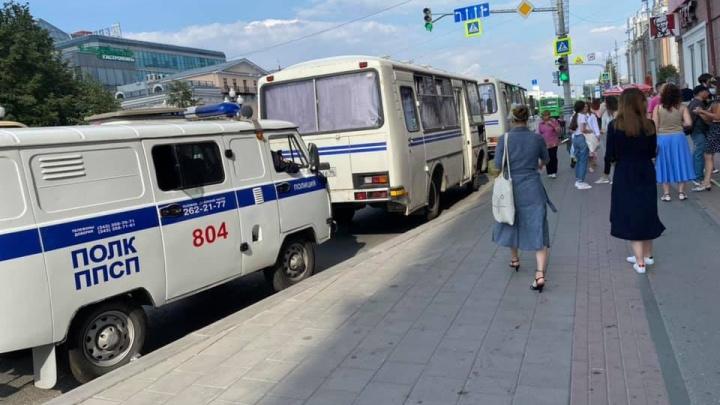 В Екатеринбурге задержали активистов, которые вышли с пикетом в поддержку хабаровчан