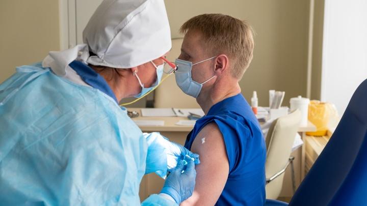 Почему люди боятся прививок: разбираем популярные страшилки о вакцинах с врачом и биологом