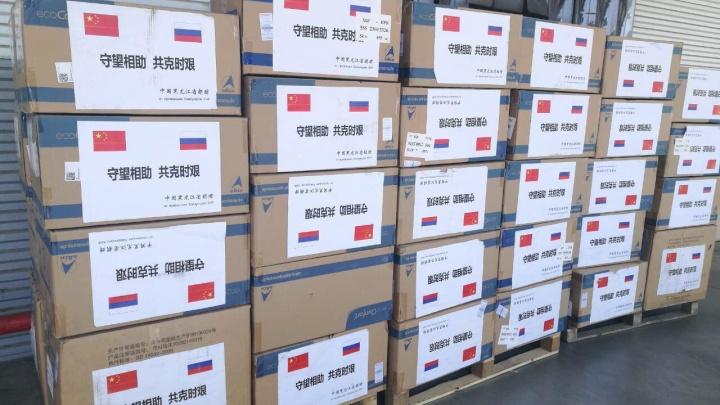 В Красноярск прибыла гуманитарная помощь из Китая: маски и защитные костюмы раздадут медикам