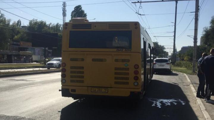 В Ростове мужчина разжал двери автобуса и вышел на ходу. Рассказываем, что было дальше