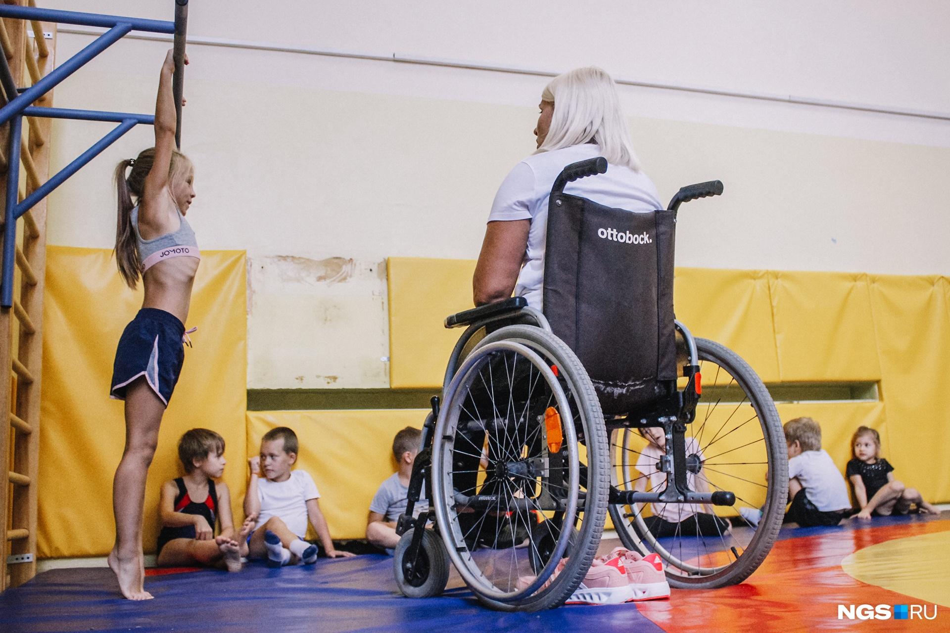 Дети обычно быстро привыкают к тому, что у них — особенный тренер