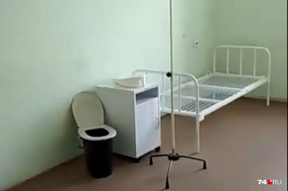 В палатах установили биотуалеты, которые сотрудникам больницы предписано выносить всего три раза в день