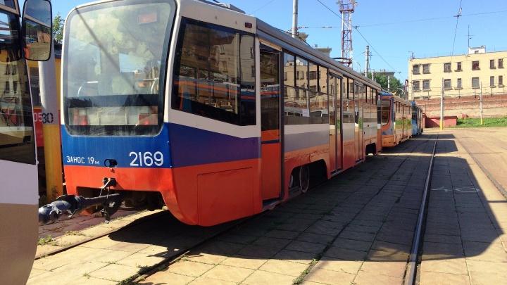 Десять московских трамваев для Омска остались в столице из-за коронавируса
