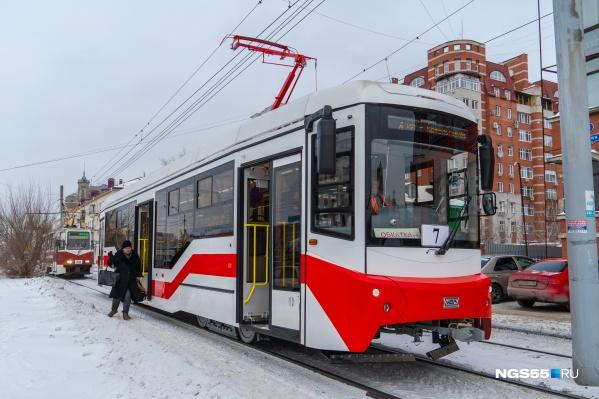 Недовольные омичи обижают новый трамвай, и ему это не очень нравится