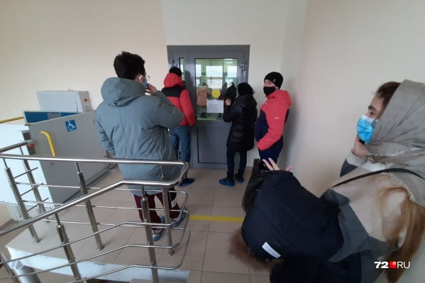 Некоторые из тех, кто стоит в очереди, говорят, что их родные умерли от коронавируса