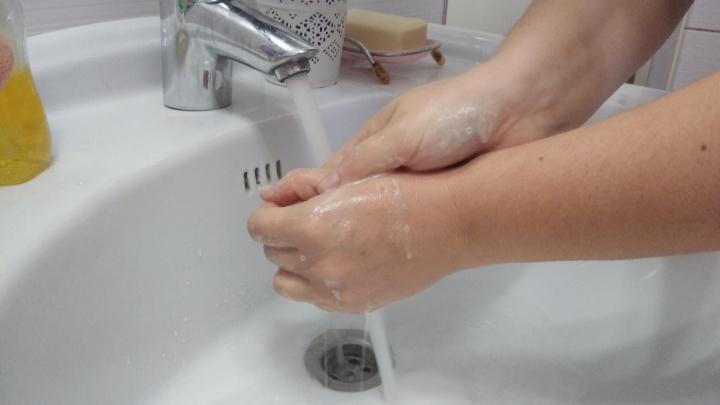 «Снижает вероятность заражения на 36%»: в День чистых рук напоминаем, как правильно смывать COVID-19